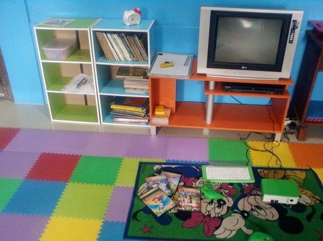Fasilitas buku cerita, permainan edukatif, DVD/CD film tersedia agar anak rileks dan berminat dalam belajar