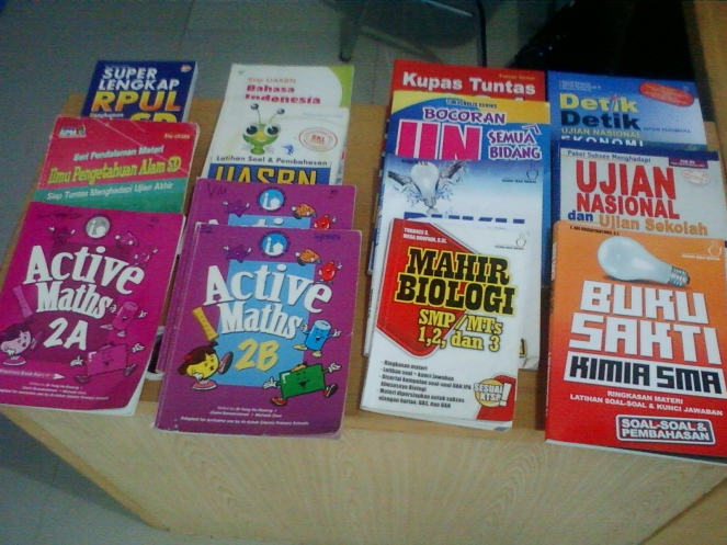 Tersedia buku sekollah dari tingkatan SD/SMP/SMA. Sehingga ketika anak lupa atau tidak membawa buku pelajaran saat terapi, tersedia buku yang sesuai dengan kurikulum sekolah