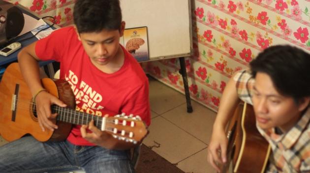 Terapi musik dilakukan dengan gitar didampingi terapis