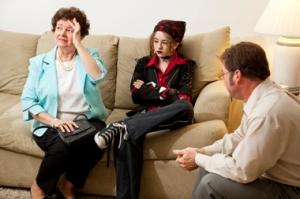 Terapi Keluarga dilakukan untuk menyelesaikan permasalahan komunikasi dan psikologi yang teradi dalam keluarga