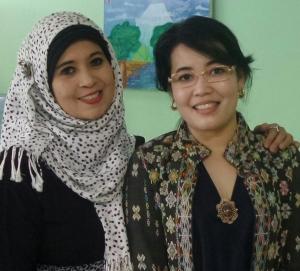Sesi foto bersama Melani Arnaldi dengan perwakilan Komite Sekolah atau Jami'yyah SD Al Azhar Pusat, 18 September 2015.