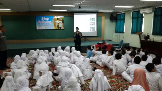 "Melani Arnaldi, M.Psi., Psi. menjadi pembicara pada seminar ""Stop Bullying"", Aula SD Al Azhar Pusat, Jumat, 18 September 2015."