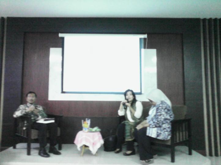 """Pembicara seminar """"Peran Strategis Ayah Bunda dan Keluarga Besar Dalam Pengasuhan Anak dan Remaja di Era Global"""", Dr. Tjahjo Suprajogo, M.Si., Melani Arnaldi, M.Psi., Psi., dan Ibu Fery Anis Baswedan, S.Psi., M.S. (dari kiri)"""